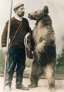 Montreur d'ours sur le village d'Ercé en Ariège